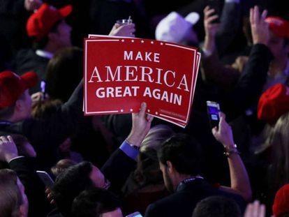 """Em Nova York, simpatizante de Trump segura cartaz com o principal slogan da campanha dele: """"Torne a América grande outra vez""""."""