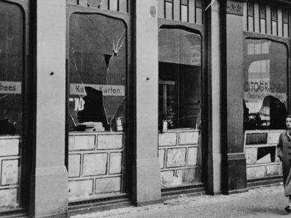 Janelas quebradas de uma gráfica judia depredada, em Berlim.