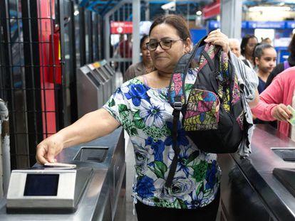 Ana da Silva Santos Lucena, ao pegar o metro, nesta sexta.