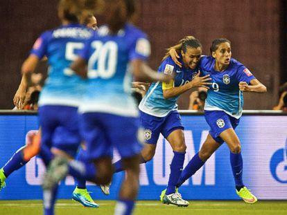 Andressa e Marta comemoram gol do Brasil.