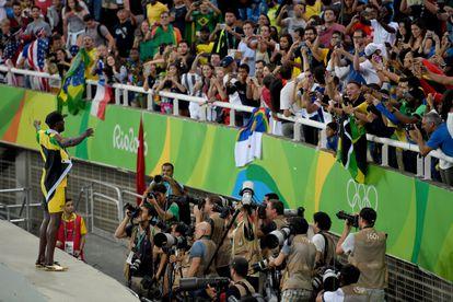 Bolt comemora com o público o triunfo no revezamento 4x100 no Rio 2016.