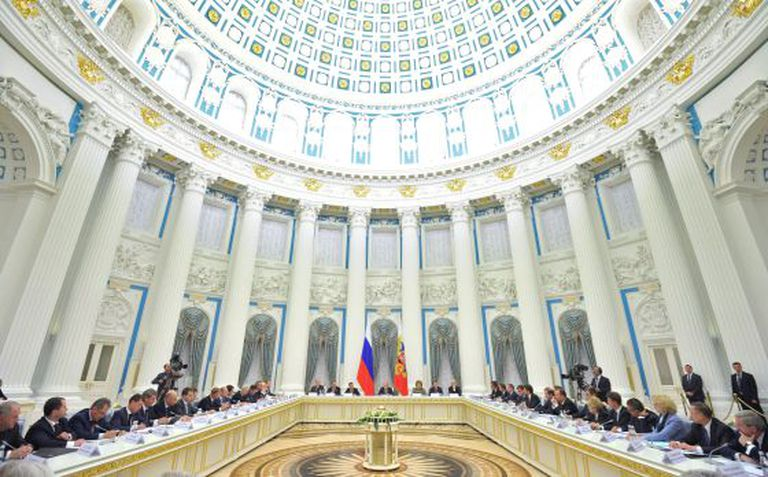 O presidente russo comanda uma reunião no Kremlin.