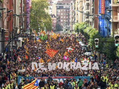 Manifestação em Bilbao convocada pela organização soberanista Gure Esku Dago em apoio ao referendo catalão.