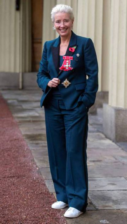 Emma Thompson ao ser nomeada Dama do Império Britânico, em 8 de novembro