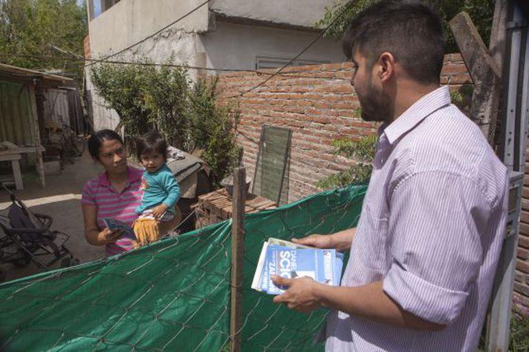 Jovem militante peronista entrega panfleto de Scioli a uma moradora do bairro Obligado de Bella Vista, na Grande Buenos Aires.