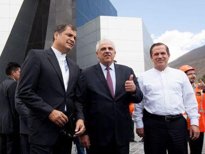 Rafael Correa ao lado de Ernesto Sámper na nova sede da Unasul, em Quito.
