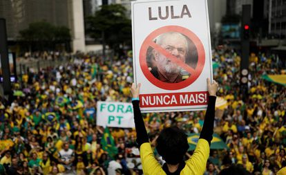 Manifestantes anti-PT e pró-Bolsonaro na avenida Paulista, no domingo.