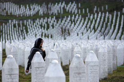 Uma mulher caminha pelo memorial aos mortos de Srebrenica, em Potocari.