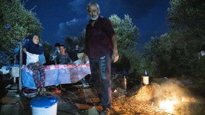 Um grupo de refugiados passa a noite ao relento depois do incêndio no campo de refugiados de Moria, em Lesbos (Grécia).