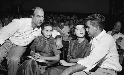 Os dois homens que assassinaram o adolescente, em uma imagem de 1955. A mulher à direita é Carolyn Donham.