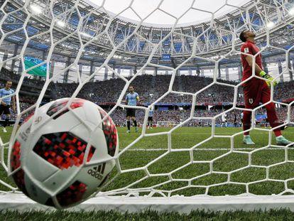 O goleiro uruguaio Fernando Muslera após falhar em pegar ataque de Griezmann.
