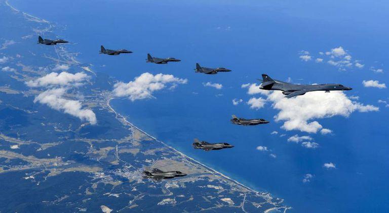 Caça bombardeiros norte-americanos no sábado, em missão pela costa da península coreana.