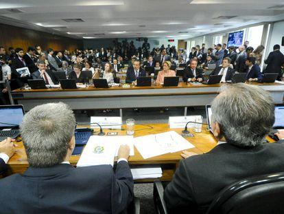 A comissão especial do impeachment de Dilma, nesta sexta-feira, dia em que o relatório de Antonio Anastasia (de costas, à esq.) foi aprovado.