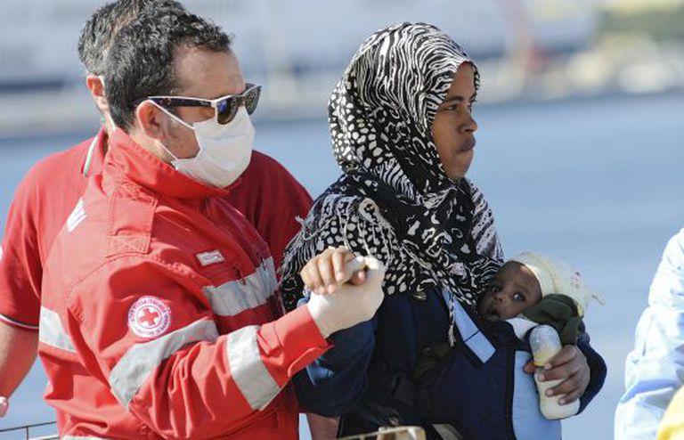 Imigrante resgatada desembarca em Palermo no sábado.