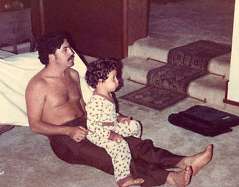 O narcotraficante Pablo Escobar e seu filho Juan Pablo, em 1978.