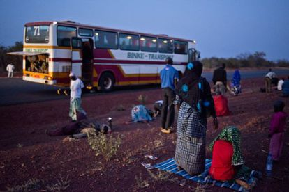 Parada de ônibus da linha Bamako-Mopti, onde os passageiros aproveitam para rezar ao entardecer.