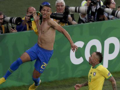 Richarlison comemora com Everton o gol na final da Copa América.