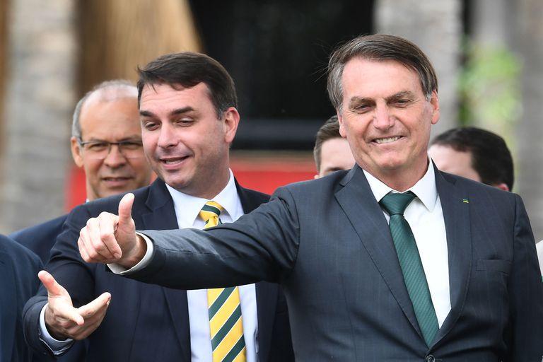 O senador Flávio Bolsonaro e o presidente Jair Bolsonaro, em novembro de 2019.
