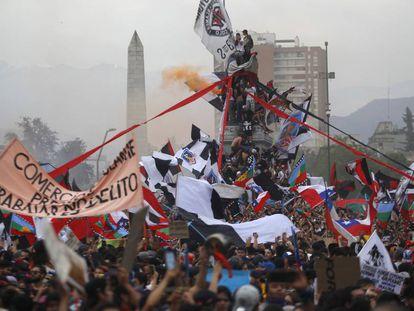 Manifestantes num monumento na última sexta-feira, em Santiago.