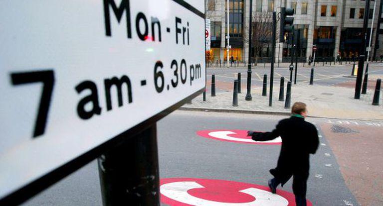 Um homem cruza uma rua dentro do 'Congestion Charge Zone', em Londres.