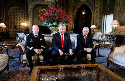 Trump apresenta como assessor ao general McMaster (esquerda) em Mar a Lago.