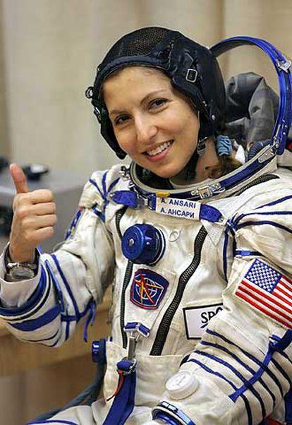 Anousheh Ansari, primeira mulher turista espacial, acena antes de embarcar para a ISS.