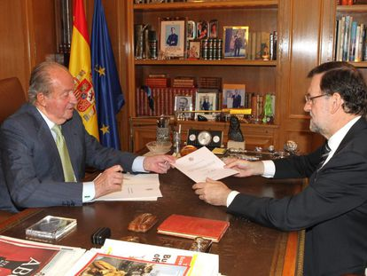 O rei Juan Carlos entrega o documento de sua abdicação ao presidente do Governo espanhol, Mariano Rajoy.