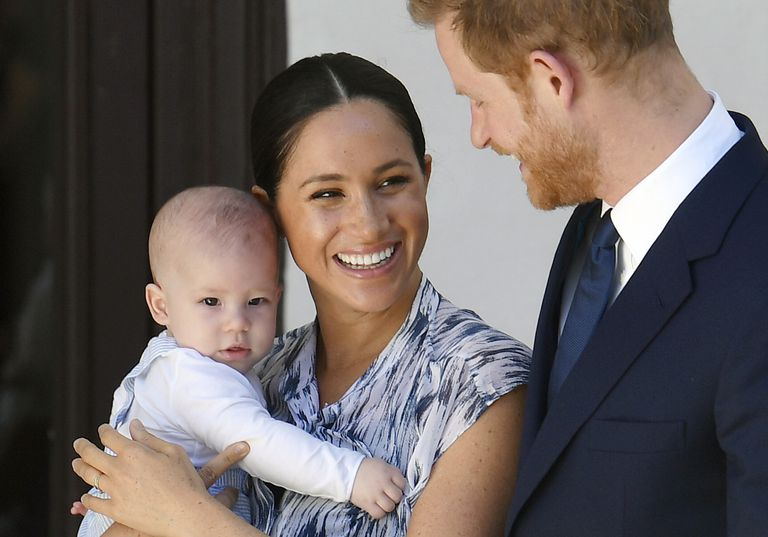 Megan segura o filho Archie ao lado de Harry, em imagem de setembro de 2019.