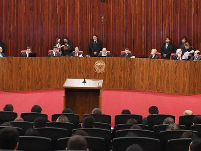 O Tribunal Superior Eleitoral, neste terça-feira, na sessão que vota o processo que pede a cassação do presidente.