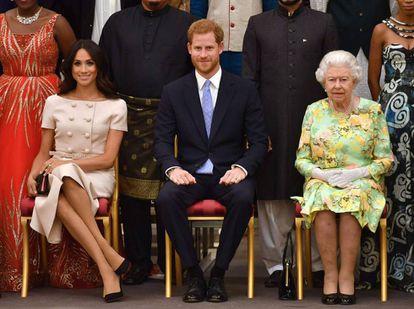 A rainha Elizabeth com os duques de Sussex em junho de 2018.