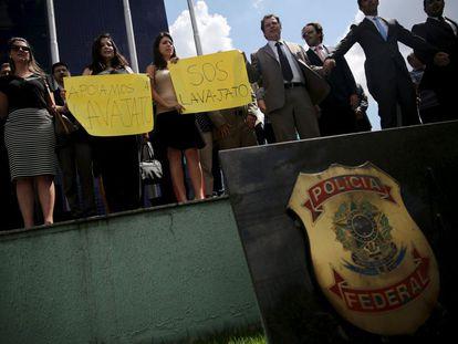 Policiais federais exibem cartazes em apoio à Lava Jato, em São Paulo, no dia 18.