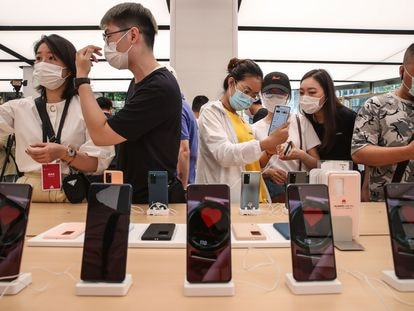 Clientes durante a abertura de uma loja da Huawei no início deste ano em Xangai.