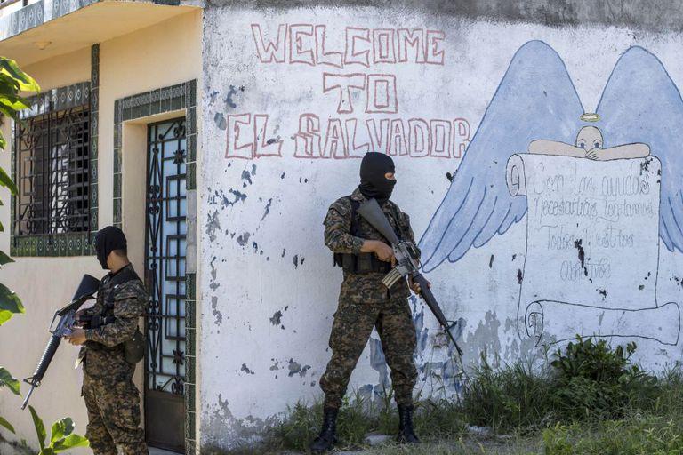 Soldado faz segurança em bairro dominado por gangue