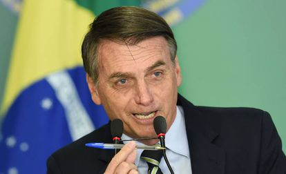 O presidente Jair Bolsonaro ao assinar o decreto sobre a posse de armas de fogo nesta terça-feira, em Brasília.
