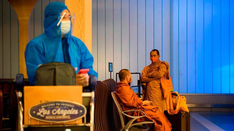 Passageiros com máscaras aguardam na área de embarque do aeroporto internacional de Los Angeles, nos EUA, nesta terça-feira. Estados Unidos voltaram a proibir a entrada de passageiros do Brasil e outros países onde foram detectadas variantes do coronavírus.