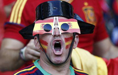 Um aficionado espanhol no estádio Allianz Riviera de Niza.