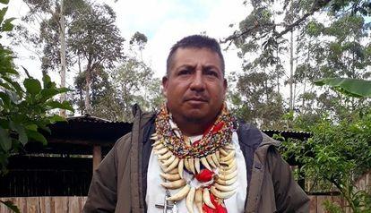 Francisco Javier Jamioy Chindoy, pajé da etnia camsá, neste ano, diante da casa de cura da família no vale do Sibundoy (Colômbia).