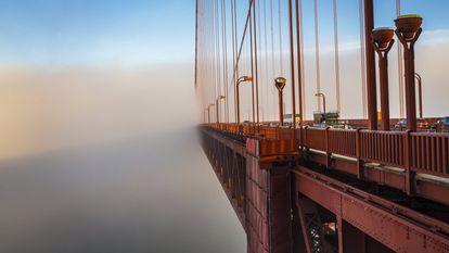 """Apresentamos 20 grandes obras da engenharia moderna que continuam de pé e, quando inauguradas, deixaram o mundo de queixo caído. Como a Golden Gate – cujo nome quer dizer 'Portão Dourado', apesar da pintura alaranjada – sobre o estreito que dá entrada à baía de São Francisco. Esta ponte de 1.280 metros de comprimento que pende de duas torres de 227 metros de altura não é a maior da cidade norte-americana, mas é seu principal ícone. Construída entre 1933 e 1937 por um número indeterminado de trabalhadores, 11 dos quais morreram em acidentes de trabalho, ela se tornou a maior obra de engenharia da época. Quando foi inaugurada, o San Francisco Chronicle escreveu: """"Um harpa de aço de trinta e cinco milhões de dólares!"""". Hoje custaria 1,2 trilhão de dólares."""