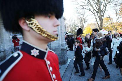 A família Trudeau chega à residência do governador-geral, representante da rainha da Inglaterra no Canadá, para tomar posse no cargo de premiê.
