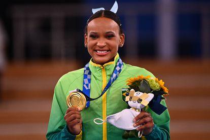 Rebeca Andrade exibe a medalha de ouro, dias após fazer história com a prata.