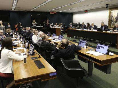 Deputados na comissão que discute a reforma
