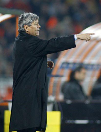 Lucescu dá instruções durante uma partida do Shakhtar.