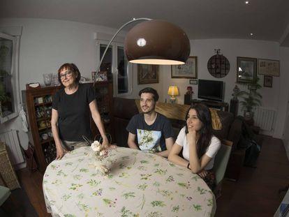 Da esquerda para direita, Visitación Gracia, Reynaldo Homen e Liseth Quintero, colegas de apartamento no bairro de Prosperidad, Madri.