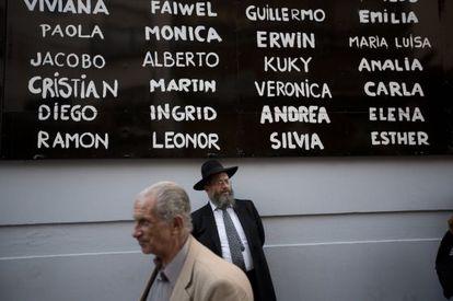 Mural com o nome dos assassinados no atentado de 1994.