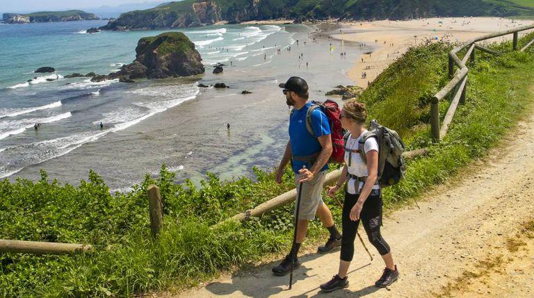 O Caminho da Costa a seu passo pela praia asturiana de Peñarronda.