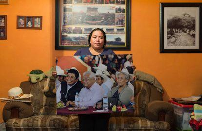 Beatriz González mostra foto do marido durante um comício.