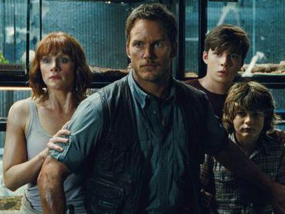 Os protagonistas de 'Jurassic World' numa cena do filme.