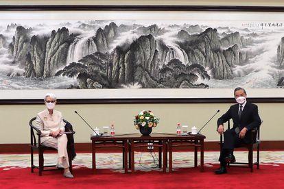 A subsecretária de Estado dos EUA, Wendy Sherman, e o ministro das Relações Exteriores da China, Wang Yi, durante seu encontro na cidade chinesa de Tianjin.
