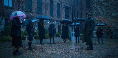 Robert Sheehan, Aidan Gallagher, Emmy Raver-Lampman, Jordan Robbins, Ellen Page e Tom Hopper em 'The Umbrella Academy'.