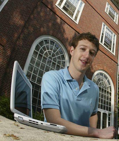 Aos 21 anos, Mark Zuckerberg (Nova York, 1984) tirou da manga a plataforma que mudou radicalmente a forma de socialização do ser humano. Sim, estamos falando do Facebook. Essa invenção com a qual deixamos de dar tapinhas nas costas para trocar mensagens concisas, sempre sob o abrigo de uma tela que nos dá o poder do anonimato. Com a rede social, Zuckerberg acumula uma fortuna avaliada em 53,8 bilhões de dólares (166,8 bilhões de reais) que o ajudou, entre outras coisas, a se tornar a pessoa mais jovem a ocupar um lugar na lista de bilionários da 'Forbes'.